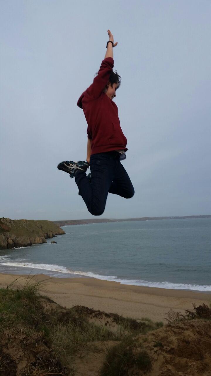 Koerpersprache - ein junger Mann springt in die Luft